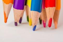 χρωματισμένα μολύβια στην άσπρη ανασκόπηση στοκ εικόνες με δικαίωμα ελεύθερης χρήσης