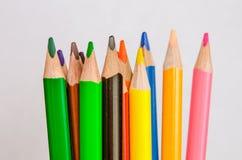 χρωματισμένα μολύβια στην άσπρη ανασκόπηση στοκ εικόνα με δικαίωμα ελεύθερης χρήσης