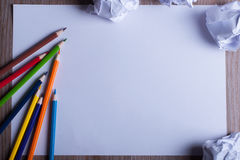 Χρωματισμένα μολύβια στη Λευκή Βίβλο πίσω στη σχολική έννοια - φύλλο Στοκ εικόνες με δικαίωμα ελεύθερης χρήσης