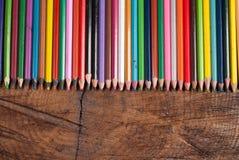 Χρωματισμένα μολύβια στον ξύλινο πίνακα Στοκ Φωτογραφίες
