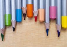 Χρωματισμένα μολύβια στον πίνακα Στοκ Εικόνες