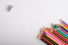 Χρωματισμένα μολύβια στο άσπρο παλαιό ξύλινο υπόβαθρο Τοπ όψη Στοκ φωτογραφία με δικαίωμα ελεύθερης χρήσης