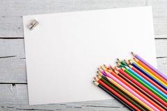 Χρωματισμένα μολύβια στο άσπρο παλαιό ξύλινο υπόβαθρο Τοπ όψη Στοκ Φωτογραφίες
