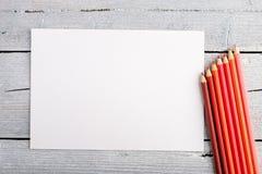 Χρωματισμένα μολύβια στο άσπρο παλαιό ξύλινο υπόβαθρο Τοπ όψη Στοκ φωτογραφίες με δικαίωμα ελεύθερης χρήσης
