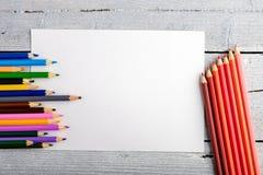 Χρωματισμένα μολύβια στο άσπρο παλαιό ξύλινο υπόβαθρο Τοπ όψη Στοκ εικόνα με δικαίωμα ελεύθερης χρήσης