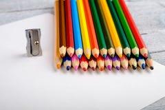 Χρωματισμένα μολύβια στο άσπρο παλαιό ξύλινο υπόβαθρο Στοκ Φωτογραφίες