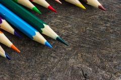 Χρωματισμένα μολύβια στο ξύλο Στοκ φωτογραφία με δικαίωμα ελεύθερης χρήσης