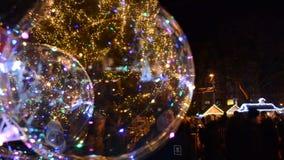 Χρωματισμένα μπαλόνια στο υπόβαθρο ενός χριστουγεννιάτικου δέντρου ι απόθεμα βίντεο