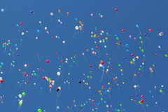 Χρωματισμένα μπαλόνια σε έναν μπλε ουρανό Στοκ Εικόνες
