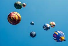 Χρωματισμένα μπαλόνια σε ένα μπλε υπόβαθρο Στοκ φωτογραφία με δικαίωμα ελεύθερης χρήσης
