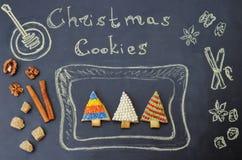 Χρωματισμένα μπισκότα χριστουγεννιάτικων δέντρων σε έναν πίνακα Στοκ εικόνες με δικαίωμα ελεύθερης χρήσης