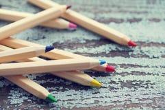 Χρωματισμένα ξύλινα μολύβια σε ένα ξύλινο παλαιό υπόβαθρο Στοκ εικόνες με δικαίωμα ελεύθερης χρήσης