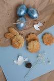 Χρωματισμένα Πάσχα αυγά και σπιτικά μπισκότα Στοκ Φωτογραφίες