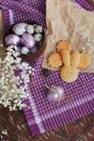 Χρωματισμένα Πάσχα αυγά και σπιτικά μπισκότα Στοκ φωτογραφία με δικαίωμα ελεύθερης χρήσης