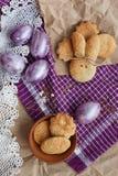 Χρωματισμένα Πάσχα αυγά και σπιτικά μπισκότα Στοκ εικόνες με δικαίωμα ελεύθερης χρήσης