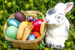 Χρωματισμένα Πάσχα αυγά με τα μπισκότα και το λαγουδάκι Στοκ Φωτογραφία
