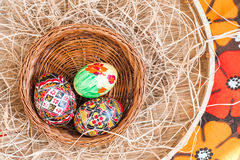 Χρωματισμένα Πάσχα αυγά στο ξύλινο καλάθι Στοκ φωτογραφίες με δικαίωμα ελεύθερης χρήσης