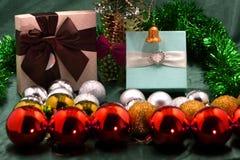 Χρωματισμένα παιχνίδια για τις διακοσμήσεις Χριστουγέννων και το χριστουγεννιάτικο δέντρο Πώληση των παιχνιδιών Χριστουγέννων για στοκ εικόνα
