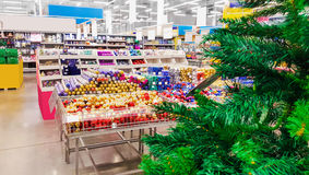 Χρωματισμένα παιχνίδια Χριστουγέννων στο κατάστημα διακοσμήσεις Στοκ Εικόνες
