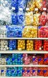 Χρωματισμένα παιχνίδια Χριστουγέννων στο κατάστημα διακοσμήσεις Στοκ Εικόνα