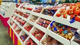 Χρωματισμένα παιχνίδια Χριστουγέννων στο κατάστημα διακοσμήσεις Στοκ φωτογραφία με δικαίωμα ελεύθερης χρήσης