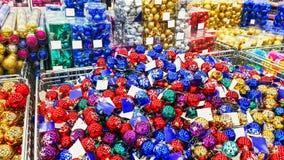Χρωματισμένα παιχνίδια Χριστουγέννων στο κατάστημα διακοσμήσεις Στοκ Φωτογραφία