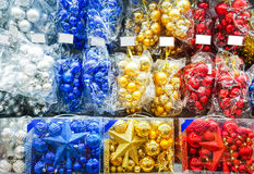 Χρωματισμένα παιχνίδια Χριστουγέννων στο κατάστημα διακοσμήσεις Στοκ εικόνες με δικαίωμα ελεύθερης χρήσης