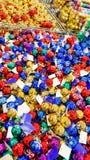 Χρωματισμένα παιχνίδια Χριστουγέννων στο κατάστημα Στοκ Εικόνες