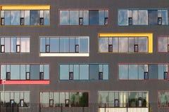 Χρωματισμένα παράθυρα του κτηρίου με τον ουρανό που απεικονίζεται στο γυαλί ανασκόπηση γεωμετρική Χτίζοντας πρόσοψη ` s Στοκ εικόνα με δικαίωμα ελεύθερης χρήσης