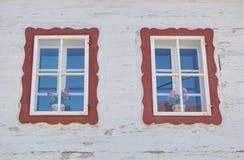Χρωματισμένα παράθυρα του παραδοσιακού ξύλινου σπιτιού, Liptov, Σλοβακία Στοκ Εικόνες