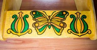 Χρωματισμένα πεταλούδα και λουλούδια στο ξύλο Στοκ φωτογραφίες με δικαίωμα ελεύθερης χρήσης