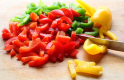 Χρωματισμένα πιπέρια που κόβονται στις λουρίδες στοκ φωτογραφίες με δικαίωμα ελεύθερης χρήσης