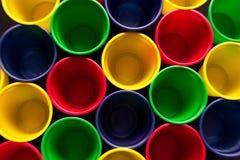 Χρωματισμένα πλαστικά φλυτζάνια στοκ εικόνες