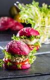 Χρωματισμένα πορφυρά κουλούρια παντζαριών και burgers κοτόπουλου Στοκ Εικόνα