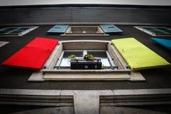 Χρωματισμένα πλεκτά παραθυρόφυλλα στα παράθυρα στη Γενεύη Στοκ Φωτογραφία