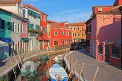 Χρωματισμένα σπίτια από το κανάλι, Burano, Βενετία, Ιταλία Στοκ φωτογραφία με δικαίωμα ελεύθερης χρήσης