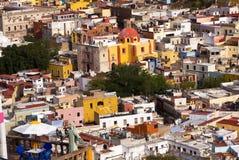 χρωματισμένα σπίτια Μεξικό guanajuato μπαλκονιών εκκλησία Στοκ Φωτογραφίες