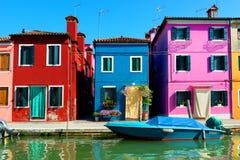 Χρωματισμένα σπίτια σε Burano Στοκ Φωτογραφίες