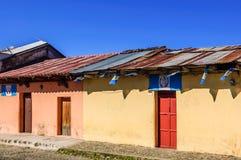 Χρωματισμένα σπίτια & της Γουατεμάλας σημαίες, Αντίγκουα, Γουατεμάλα στοκ εικόνα