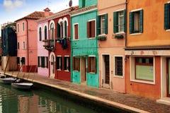 Χρωματισμένα σπίτια Burano Στοκ εικόνα με δικαίωμα ελεύθερης χρήσης