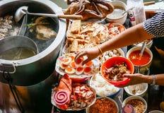 Χρωματισμένα ταϊλανδικά τρόφιμα να επιπλεύσει στην αγορά, πωλητής τροφίμων στην Ταϊλάνδη Στοκ Εικόνα