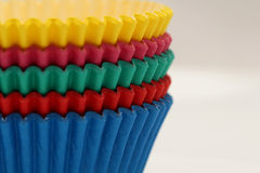 Χρωματισμένα τηγάνια εγγράφου που ψήνουν τα φλυτζάνια για τα cupcakes και muffins Στοκ φωτογραφία με δικαίωμα ελεύθερης χρήσης