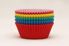 Χρωματισμένα τηγάνια εγγράφου που ψήνουν τα φλυτζάνια για τα cupcakes και muffins Στοκ Εικόνες