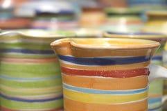 χρωματισμένα φλυτζάνια πο&u στοκ εικόνα με δικαίωμα ελεύθερης χρήσης