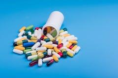 Χρωματισμένα χάπια και ιατρική κάψα Στοκ εικόνα με δικαίωμα ελεύθερης χρήσης
