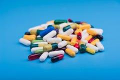 Χρωματισμένα χάπια και ιατρική κάψα Στοκ εικόνες με δικαίωμα ελεύθερης χρήσης