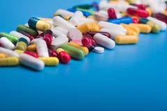 Χρωματισμένα χάπια και ιατρική κάψα Στοκ φωτογραφία με δικαίωμα ελεύθερης χρήσης