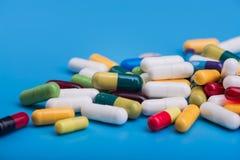 Χρωματισμένα χάπια και ιατρική κάψα Στοκ Εικόνες