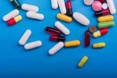 Χρωματισμένα χάπια και ιατρική κάψα Στοκ Εικόνα