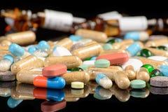 Χρωματισμένα χάπια στο blackbackground Στοκ εικόνα με δικαίωμα ελεύθερης χρήσης